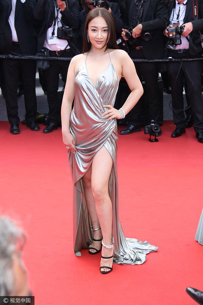 Người đẹp vô danh Cbiz tiếp tục bon chen thảm đỏ Cannes, tự biến mình thành Bella phiên bản lỗi - Ảnh 3.