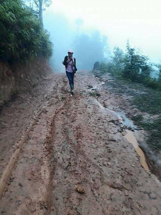Hình ảnh lay động của cô giáo vùng cao ngã trên đường đến trường - Ảnh 3.