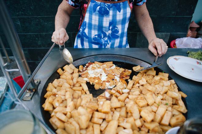 Chiều Sài Gòn lộng gió, ghé hẻm Cheo Leo ăn dĩa bột chiên giản dị mà gây nhớ gây thương suốt 43 năm - Ảnh 3.