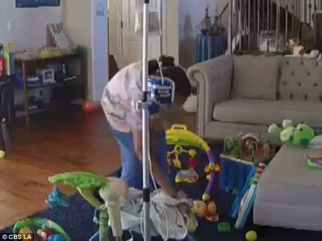 Xem camera theo dõi, mẹ bàng hoàng và bất lực vì phát hiện con bị giúp việc đánh đập - Ảnh 3.