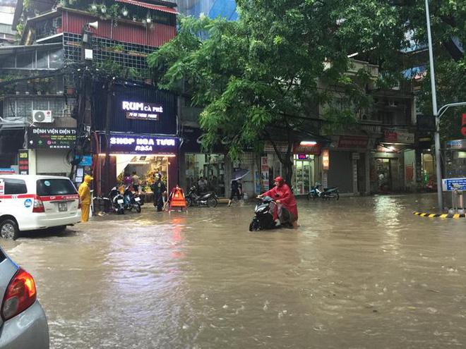 Bão số 2 gây mưa lớn khiến nhiều tuyến đường ở Hà Nội ngập sâu