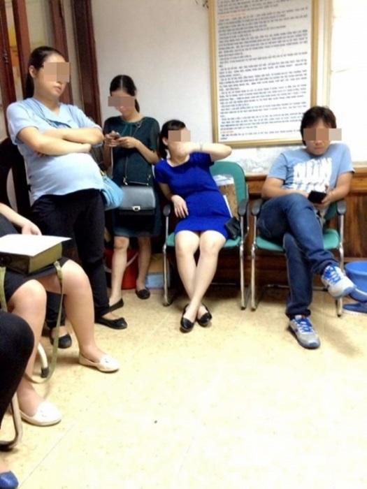 Chị em dậy sóng vì cảnh các ông chồng chiếm ghế ngồi bấm điện thoại, bà bầu đứng la liệt trong phòng khám thai - Ảnh 3.