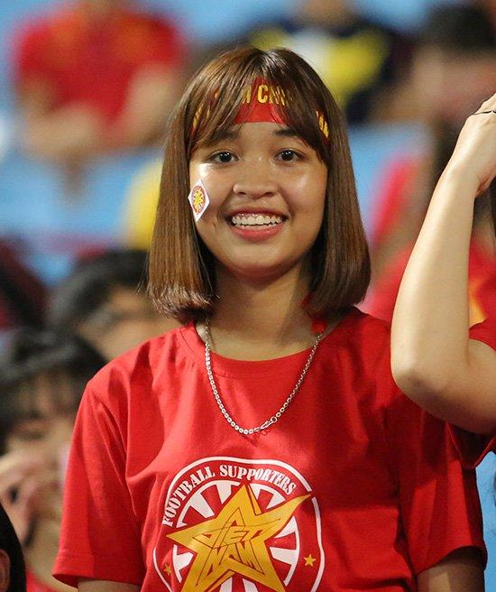 Fan nữ cổ vũ Công Phượng đấu hot boy xứ Hàn - Ảnh 3.