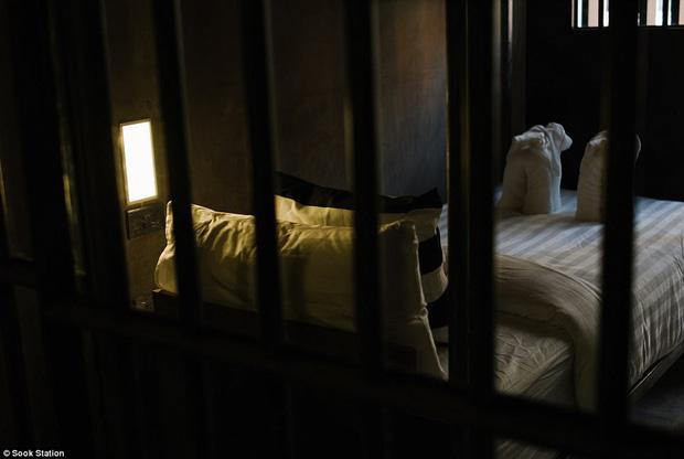 Khách sạn nhà tù ở Bangkok, nơi bạn phải trả tiền để được ngủ sau song sắt mỗi đêm - Ảnh 3.