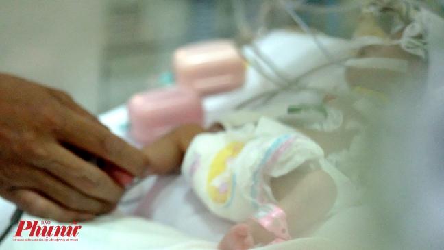 Bé gái vừa chào đời đã lên cơn nghiện ma túy - Ảnh 2.