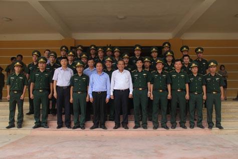 Phó Thủ tướng Trương Hòa Bình tặng quà học sinh nghèo - Ảnh 2.