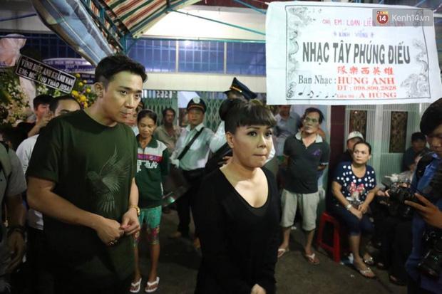 Trấn Thành, Việt Hương lặng người bên linh cữu của cố nghệ sĩ Khánh Nam - Ảnh 4.