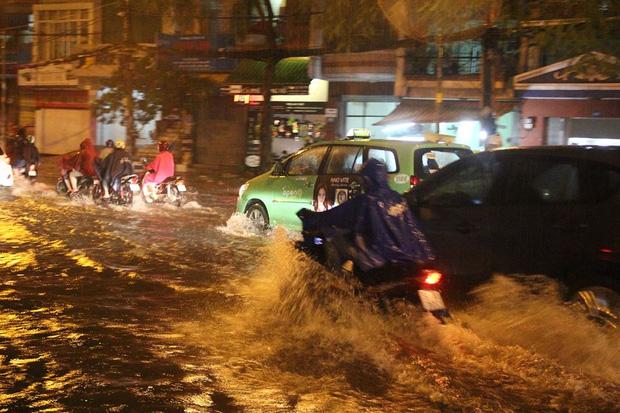 Người Sài Gòn khổ sở bì bõm về nhà trong cơn mưa cực lớn đêm cuối tuần - Ảnh 3.