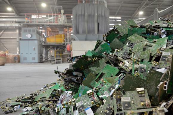 Nhật Bản bới rác thải tìm vàng và kim loại quý trước tình trạng khan hàng trên toàn thế giới - Ảnh 3.