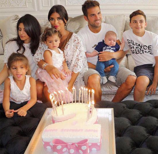 Fabregas thân mật như tình nhân với con riêng của bạn gái - Ảnh 3.