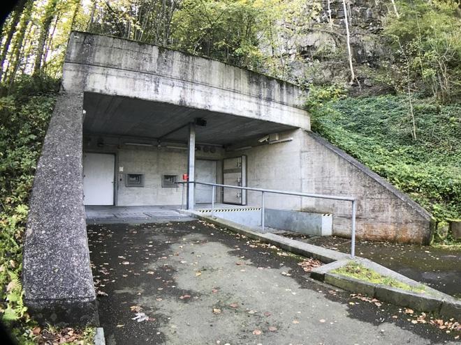 Ghé thăm căn hầm bí mật trên đỉnh núi tại Thụy Sĩ, nơi các triệu phú cất giấu tiền ảo bitcoin - Ảnh 3.