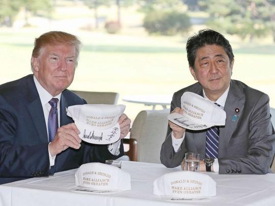 Thủ tướng Shinzo Abe tặng gì cho Tổng thống Donald Trump? - Ảnh 3.