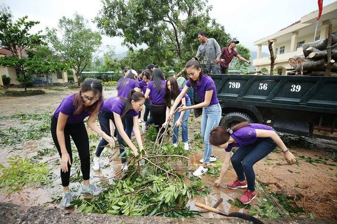Clip: MC Anh Tuấn đại diện BTC Hoa hậu Hoàn vũ Việt Nam gửi lời chia sẻ tới người dân chịu thiệt hại do bão Damrey trong đêm Bán kết - Ảnh 4.