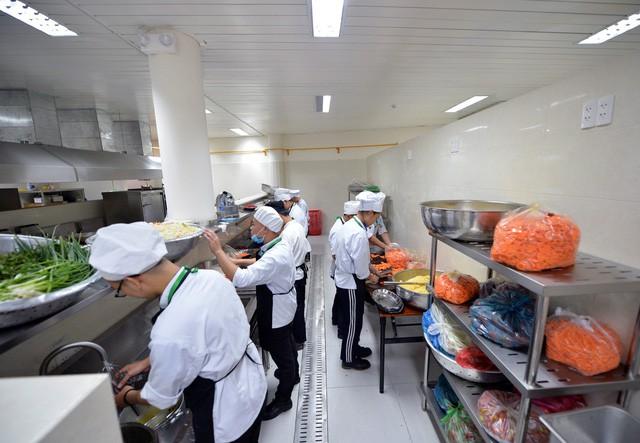 Khám phá bếp ăn phục vụ 3.000 phóng viên ở Trung tâm Báo chí APEC - Ảnh 3.