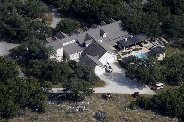 Ngỡ ngàng trước biệt thự xa hoa của nghi phạm xả súng ở Texas - Ảnh 3.