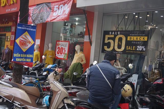 Cửa hàng thời trang, siêu thị giảm giá sâu ngày Black Friday  - Ảnh 3.