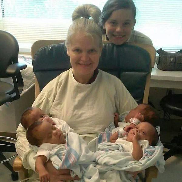 Bà mẹ 42 tuổi được chẩn đoán sinh ba, đến ngày sinh, điều bất ngờ đến nín thở đã xảy ra - Ảnh 3.
