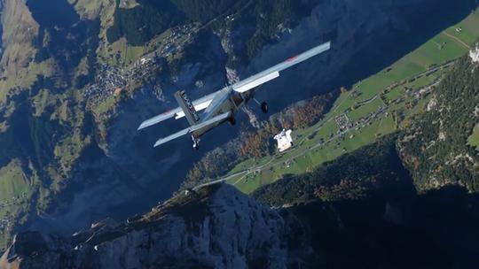 """Lao từ đỉnh núi, """"người bay"""" đáp vào máy bay trên không - Ảnh 3."""