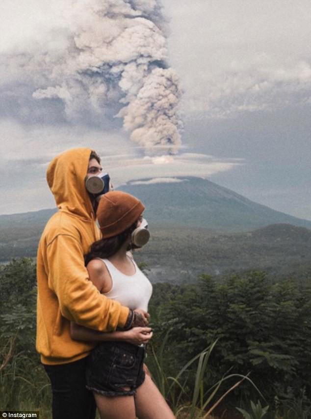 Vì vài bức hình mà bất chấp cả mạng sống: Núi lửa cứ rình rập phun, du khách vẫn vô tư chụp ảnh - Ảnh 3.