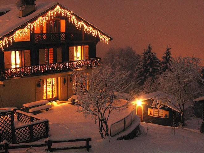 Những ngôi nhà trang hoàng lộng lẫy đón Noel đẹp đến mê mẩn giữa tuyết trắng - Ảnh 3.