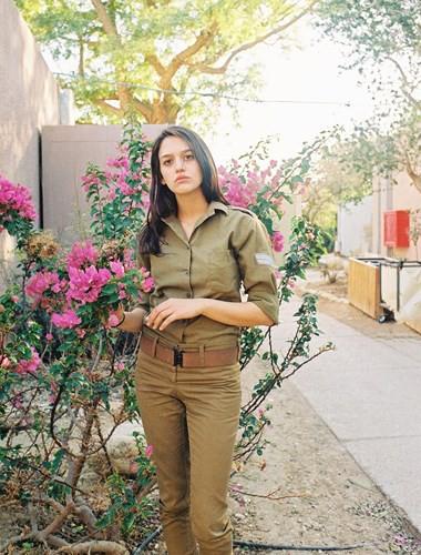Vẻ đẹp đời thường đầy mê hoặc của các nữ quân nhân Israel - Ảnh 3.