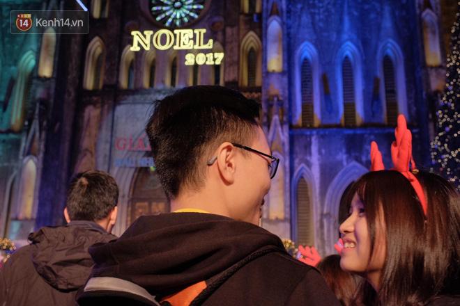 Giới trẻ Hà Nội kéo xuống phố đông nghịt đi chơi Noel - Ảnh 3.