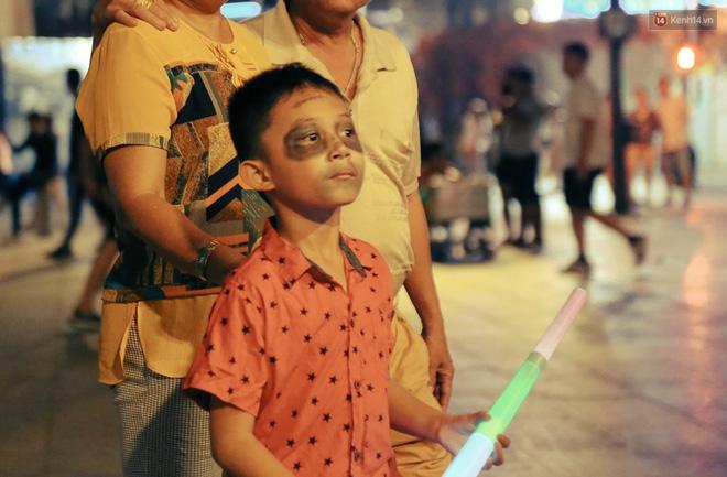Đầu tư mùa Halloween, nhiều bạn trẻ Sài Gòn hóa trang rùng rợn trêu đùa trẻ em ở phố đi bộ Nguyễn Huệ - Ảnh 21.