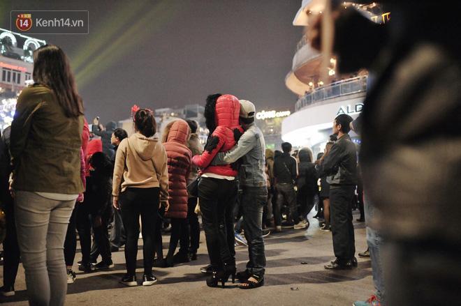 Giới trẻ Hà Nội kéo xuống phố đông nghịt đi chơi Noel - Ảnh 21.
