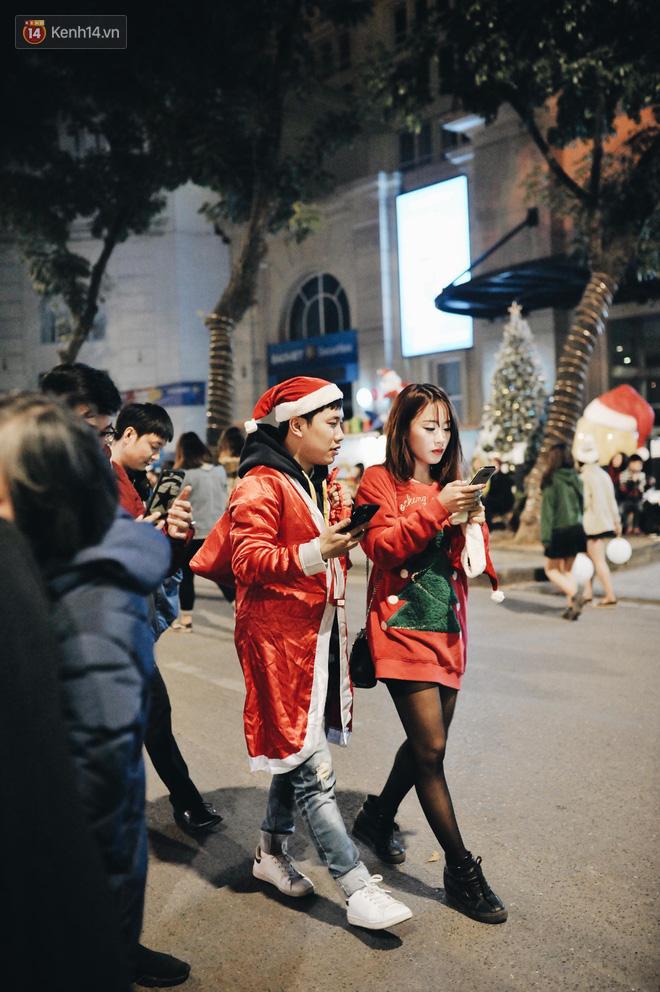 Giới trẻ Hà Nội kéo xuống phố đông nghịt đi chơi Noel - Ảnh 23.