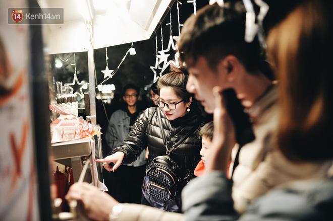 Giới trẻ Hà Nội kéo xuống phố đông nghịt đi chơi Noel - Ảnh 24.
