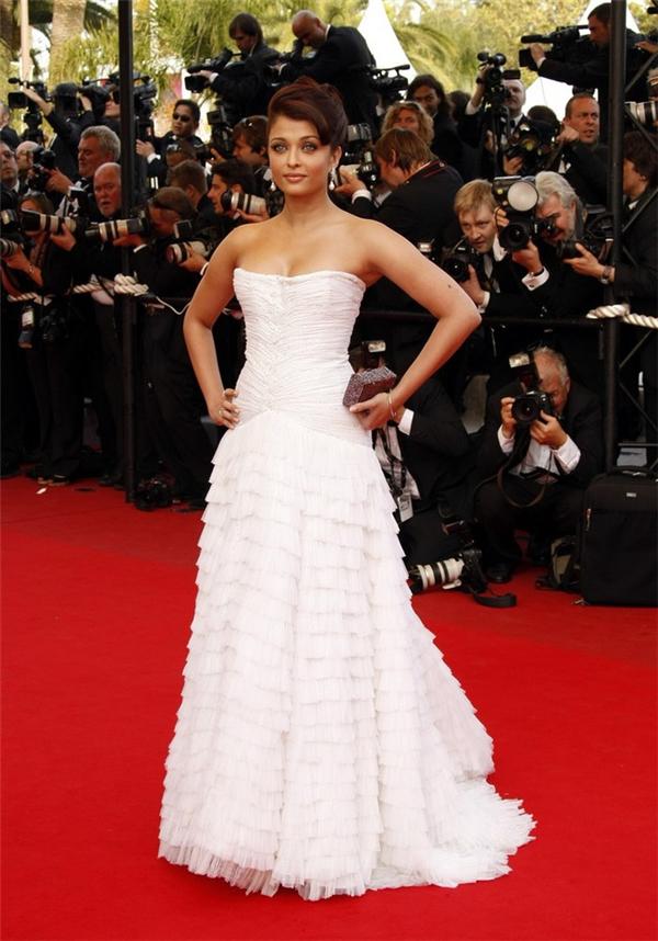 Hành trình 16 năm hóa nữ thần thảm đỏ Cannes của Hoa hậu Aishwarya Rai - Ảnh 13.