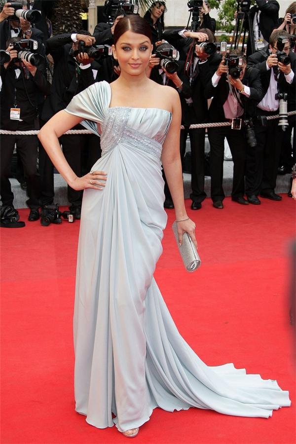 Hành trình 16 năm hóa nữ thần thảm đỏ Cannes của Hoa hậu Aishwarya Rai - Ảnh 15.