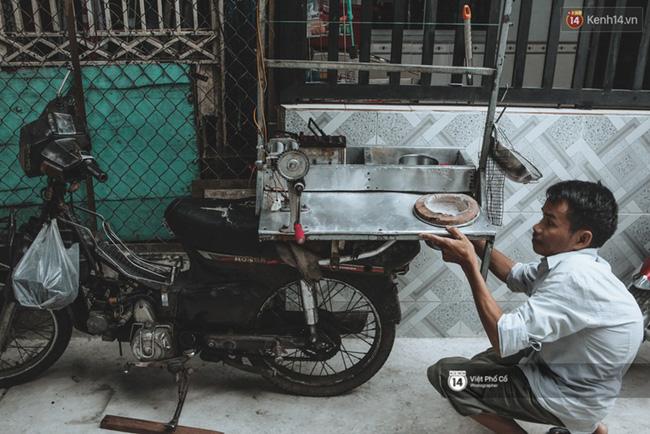 Xe hàng rong 25 năm và một tổ ấm đơn sơ của anh gù nhà thờ Đức Bà Sài Gòn - Ảnh 4.