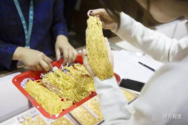 Ngôi làng nhiều vàng bạc châu báu nhất Trung Quốc: Xách túi nilon đựng vàng ròng đi ngoài đường cũng chẳng lo bị cướp - Ảnh 4.