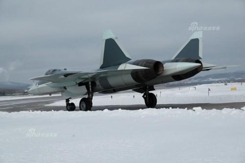 Lộ diện nguyên mẫu mới nhất của siêu tiêm kích Sukhoi T-50 - Ảnh 3.