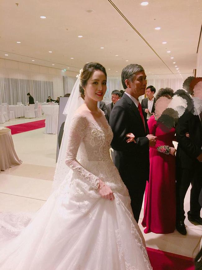 Á hậu Hoàng Anh rạng rỡ với váy trắng tinh khôi trong tiệc cưới - Ảnh 4.