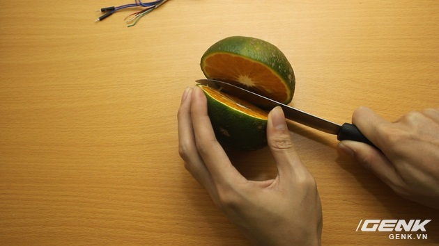 Hướng dẫn bạn đọc chế sạc pin dự phòng từ một quả cam, sạc được tới gần 40% pin cho iPhone - Ảnh 3.