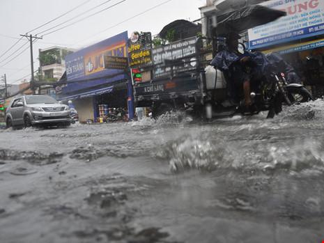 Mưa lớn, đường TP.HCM ngập nặng giữa mùa nóng - Ảnh 4.