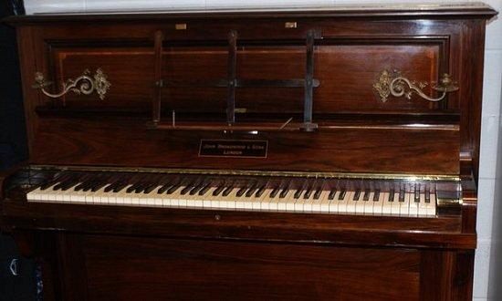 Thợ sửa đàn bất ngờ phát hiện kho báu vàng trong chiếc piano cổ - Ảnh 4.