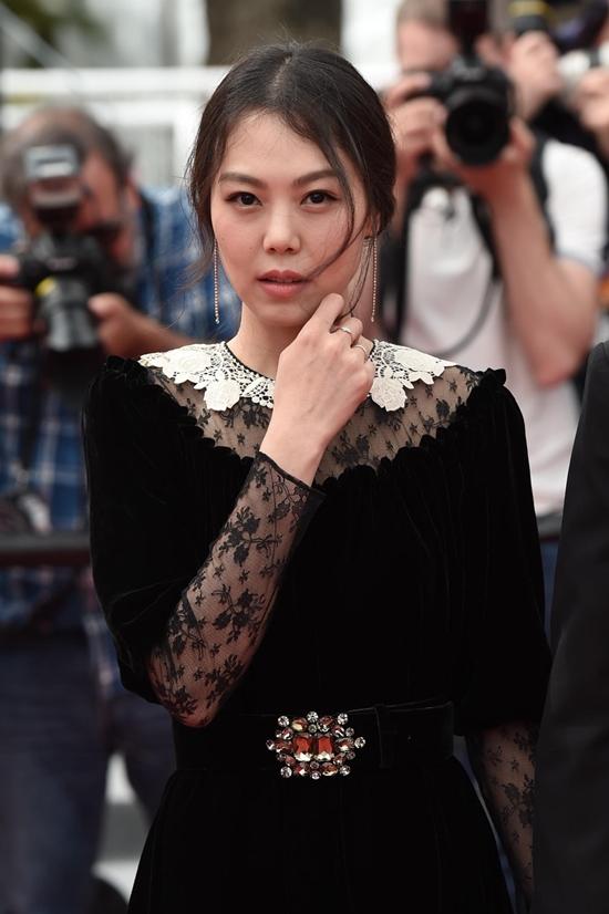 Bất chấp dư luận, chàng 57, nàng 35 ngày càng mặn nồng trên thảm đỏ Cannes 2017 - Ảnh 4.