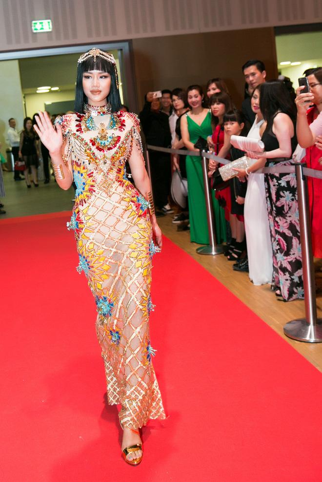 Ngọc Trinh bỗng dưng bị át vía bởi một Nữ hoàng Ai Cập bí ẩn trên thảm đỏ Đêm Hội Chân Dài - Ảnh 4.