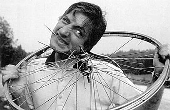 Dị nhân miệng sắt: Ăn nguyên cả máy bay, 18 chiếc xe đạp và 2 cái giường! - Ảnh 3.