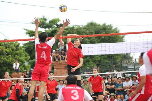 Tranh cãi khi tuyển bóng chuyền nữ Việt Nam về làng đấu đội nam - Ảnh 4.
