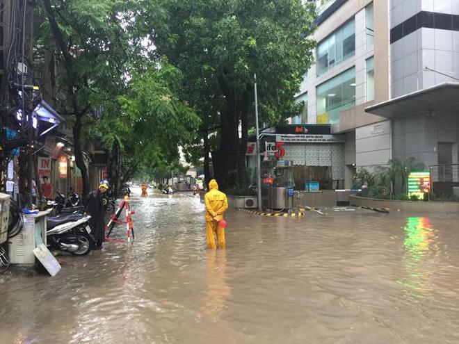Ảnh hưởng từ cơn bão số 2 gây ngập sâu nhiều tuyến đường ở Hà Nội