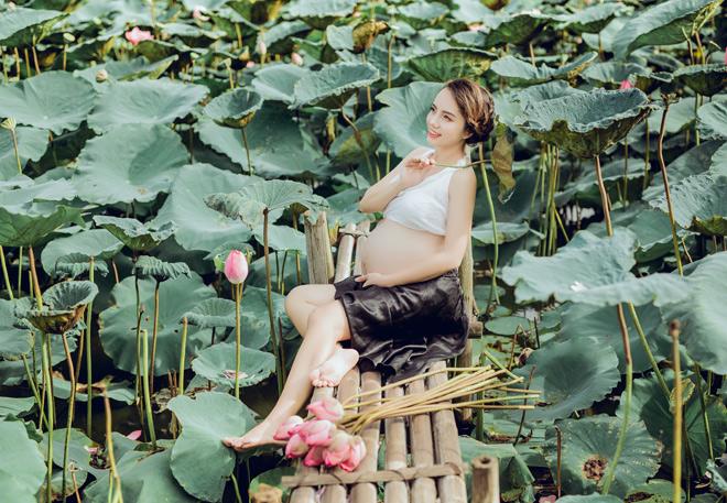 Vác bụng bầu 8 tháng đi chụp ảnh với hoa sen, cô giáo trẻ được khen tấm tắc vì quá xinh - Ảnh 4.