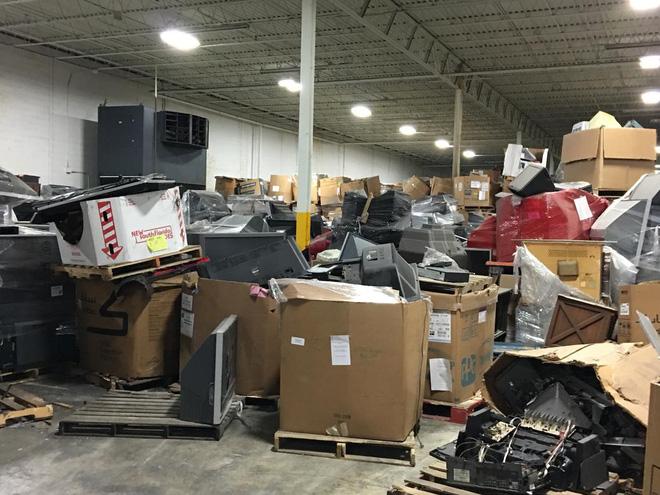 Cận cảnh nghĩa địa TV bao gồm 56.000 tấn TV cũ trong kho, công ty tái chế bị phạt 14 triệu USD để dọn chỗ này - Ảnh 3.