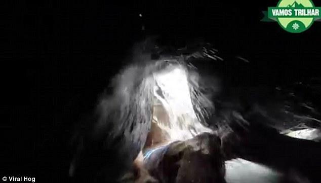 Kỳ lạ tảng đá nuốt chửng người chỉ trong chớp mắt - Ảnh 4.