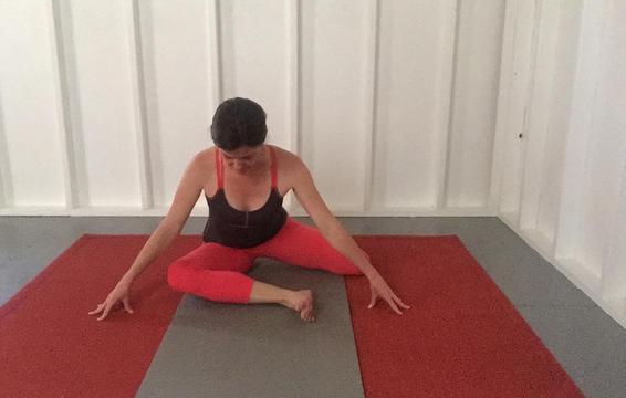 6 tư thế yoga giúp giảm đau hông hiệu quả mà vô cùng đơn giản để thực hiện - Ảnh 3.