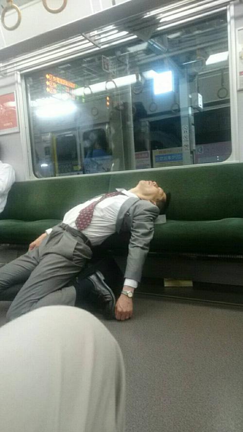 Không còn là điều xa lạ tại các tàu điện ngầm Nhật Bản, ngủ bất chấp mọi ánh nhìn...