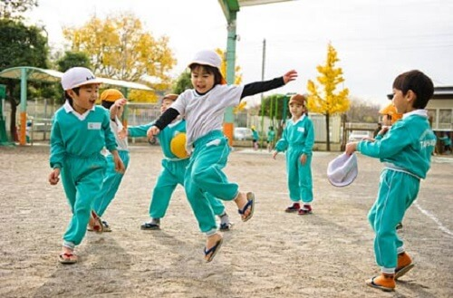 Nhìn cách trẻ em Nhật Bản sang đường, cha mẹ Việt Nam học được điều gì? - Ảnh 6.